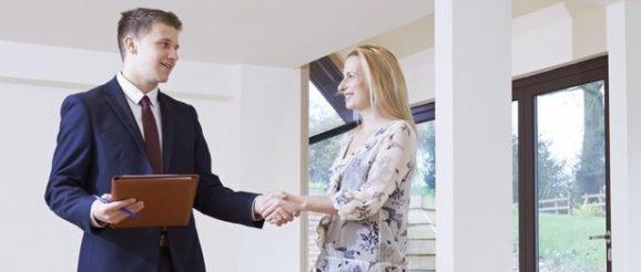 Un expert immobilier avec un client