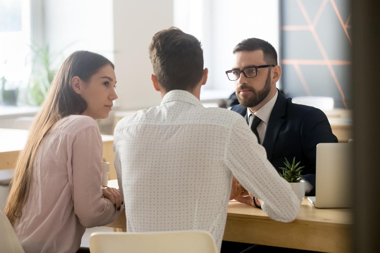 Discussion d'un couple chez le banquier