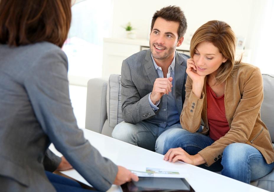 Un couple et une femme qui discutent
