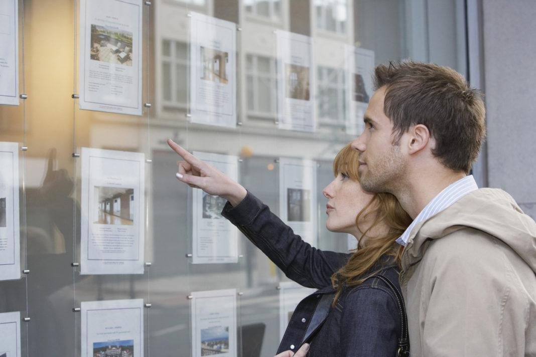Un couple qui regarde les annonces immobilières