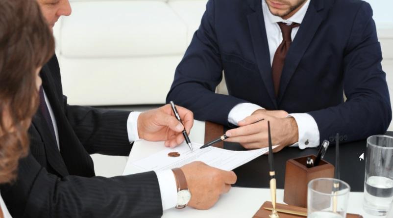 deux hommes une femme signature
