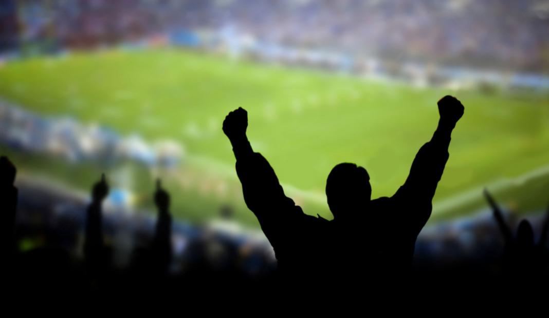 Homme devant match de foot