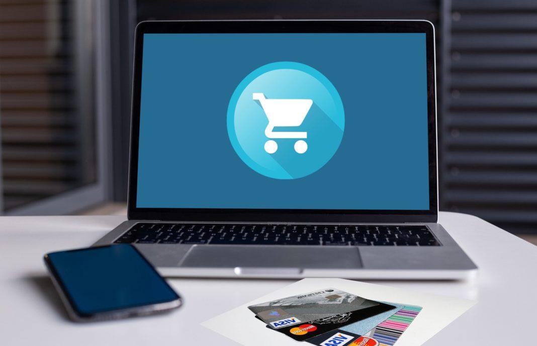 ordinateur portable et cartes de crédit pour achat en ligne