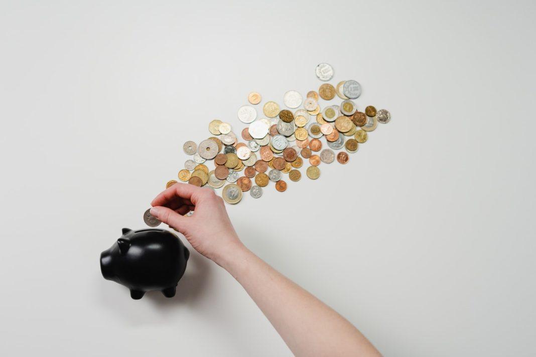 main place pièce de monnaie dans tirelire noire apport de crédit